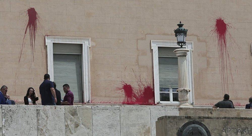Αλληλεγγύη στον διωκόμενο για την παρέμβαση στη Βουλή σύντροφο του Ρουβίκωνα