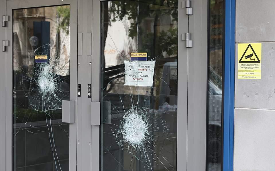 Επίθεση σε κτίριο διοικητικών υπηρεσιών της τράπεζας Πειραιώς στην Λεωφόρο Συγγρού (+ βίντεο)