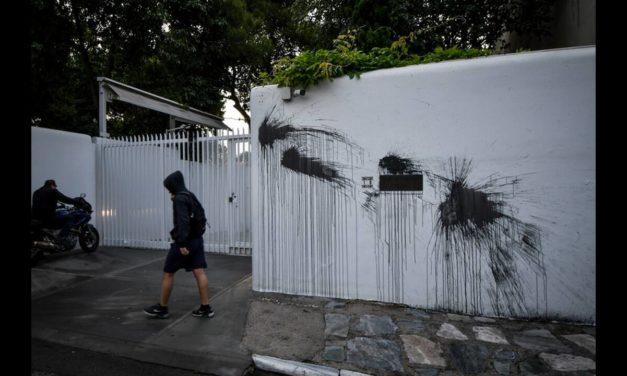 Επίθεση με μπογιές στο σπίτι του Αμερικανού πρέσβη