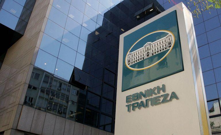 Επίθεση με βαριοπούλες στα γραφεία της Εθνικής Τράπεζας στη λεωφόρο Αθηνών